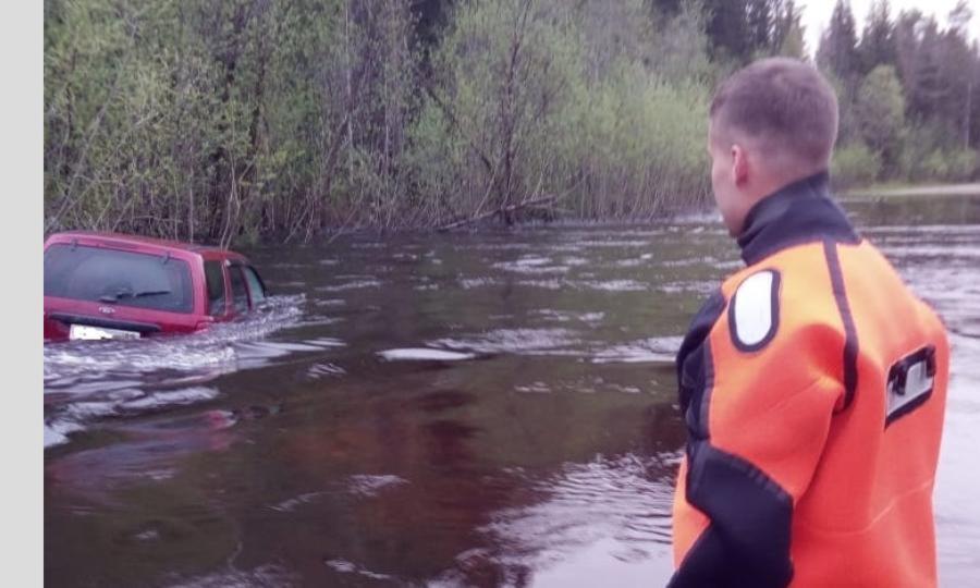 ВКотласском районе пожарные спасли семью сдетьми иззатопленного автомобиля— отец семейства решил показать сыновьям наводнение