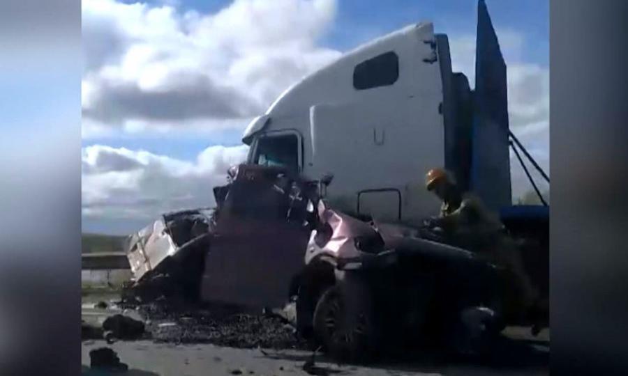 Наподъезде кКотласу столкнулись микроавтобус «Мерседес» илесовоз— двое мужчин погибли