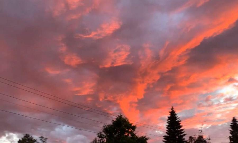 Этой ночью северяне любовались огненным закатом