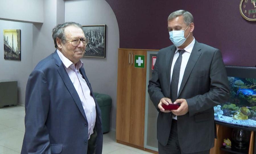 Нагрудный знак «Зазаслуги перед Архангельском» вручили сегодня вице-президенту Союза строителей региона Григорию Тарасулову