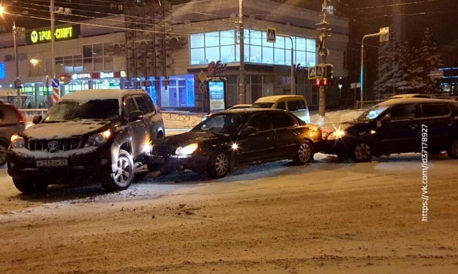 В центре Архангельска на перекрестке Воскресенская-Ломоносова произошло ДТП с участием трех машин