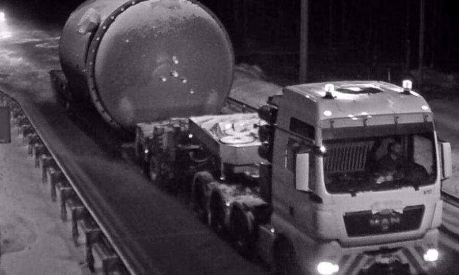 Грузовик с внушительным перегрузом сегодня был замечен на трассе в Каргопольском районе