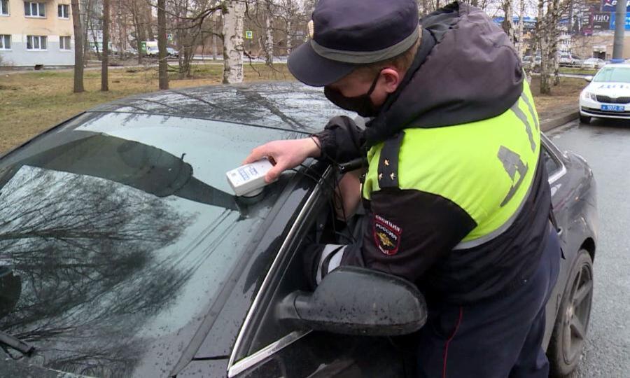 Более 350 водителей оштрафовали вПоморье зачрезмерную тонировку