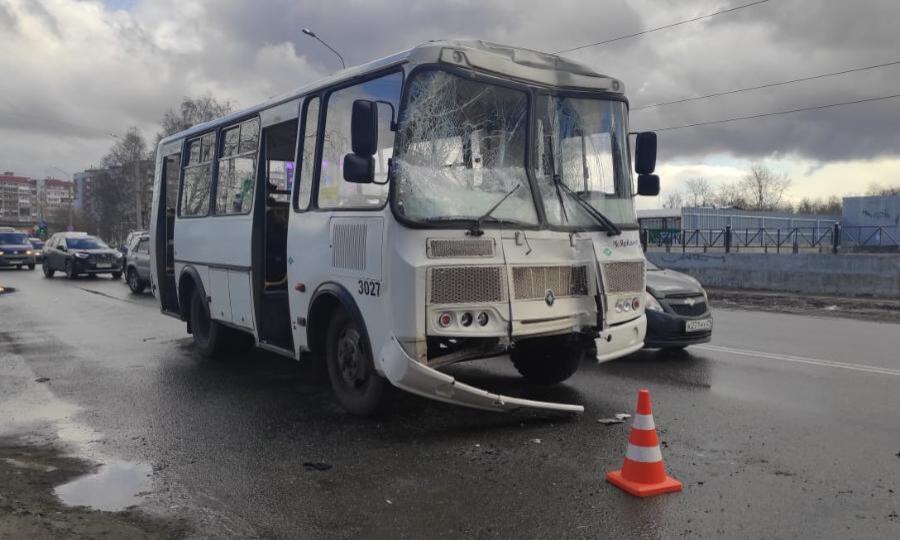 Ваварии сучастием двух рейсовых автобусов идвух легковушек вАрхангельске пострадали семь человек