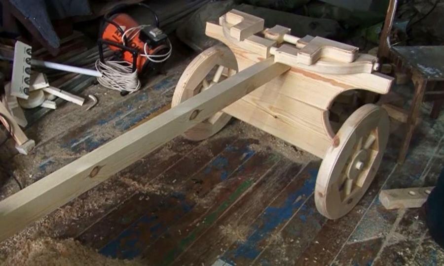 Умелец из Коряжмы смастерил на своем дачном участке деревянную скульптуру